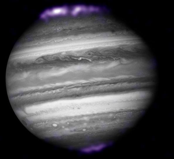 Ученые из NASA показали, как выглядят полярные сияния на Юпитере (ФОТО) - фото 2