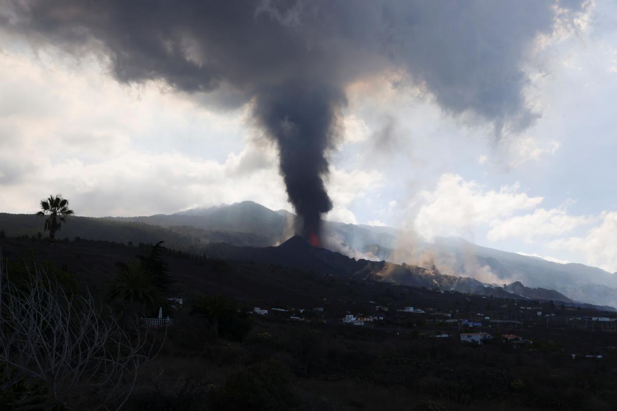 Извержение вулкана на Канарах продолжается после короткой паузы: лава уничтожила сотни домов (ФОТО) - фото 2