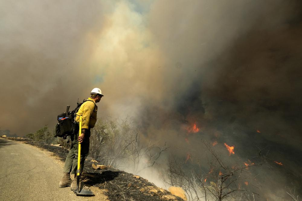У США розгорілась нова потужна лісова пожежа: стихія загрожує ранчо колишнього президента (ФОТО) - фото 3