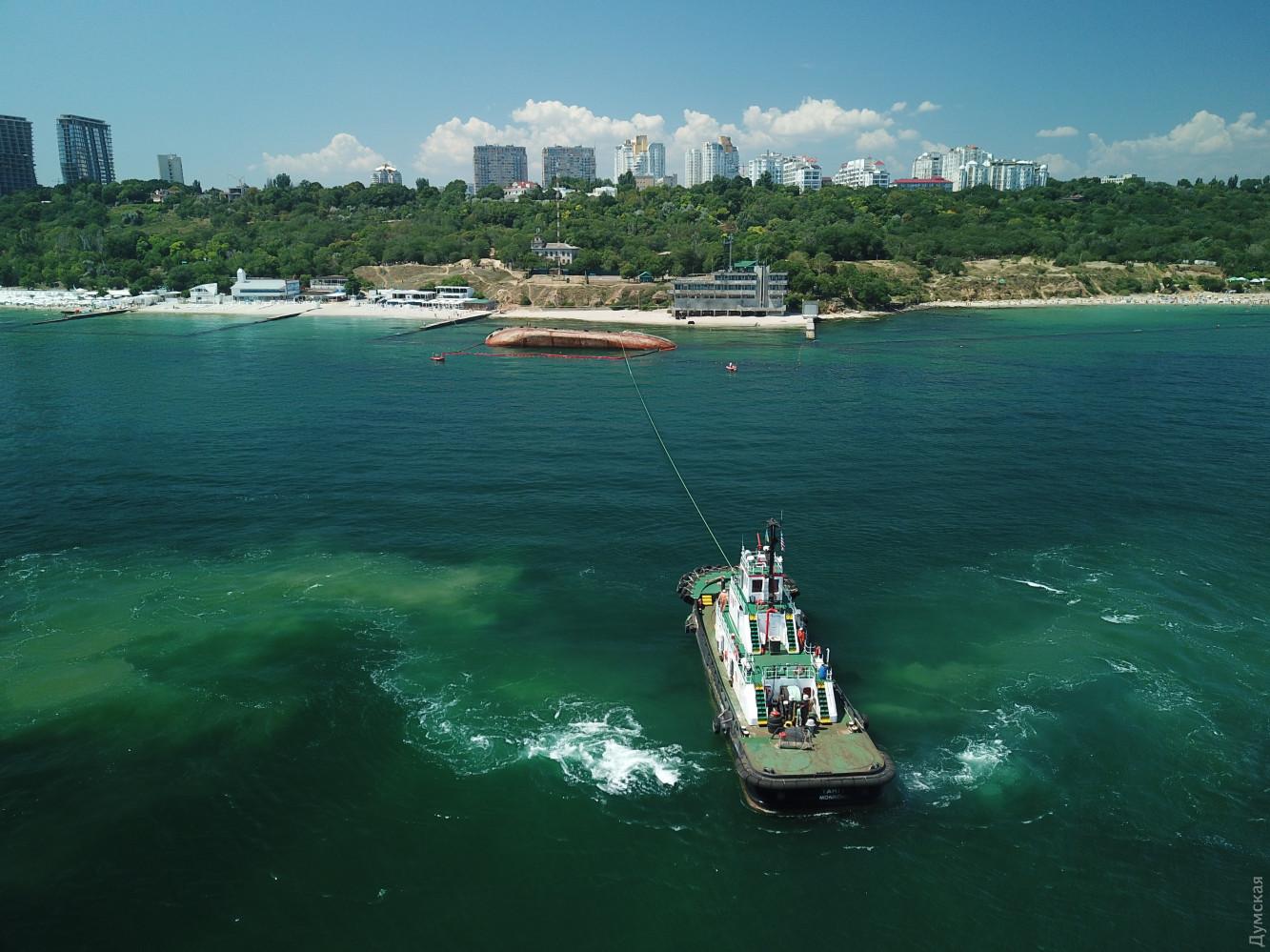 В Одессе занялись заброшенным Delfi: появились фото, как поднимают танкер - фото 3