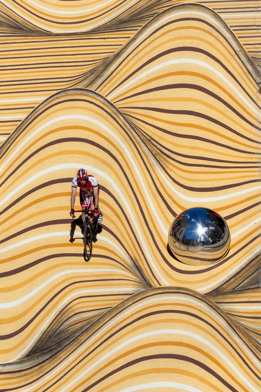 «Щось нереальне»: вулицю Монреаля перетворили на піщані дюни - фото 3