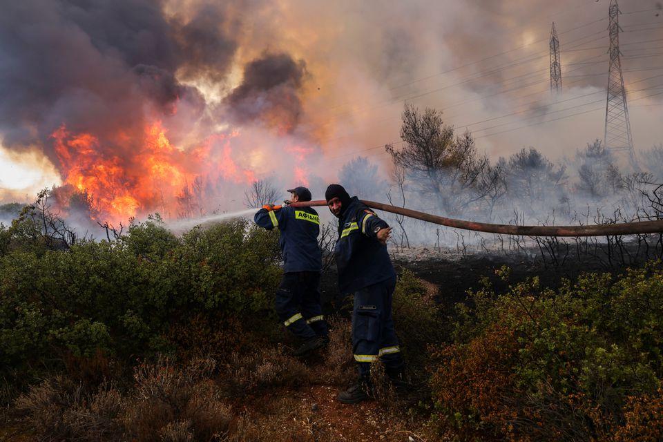 В Греции разгорелись сильные лесные пожары: огонь подбирается к столице (ФОТО) - фото 2