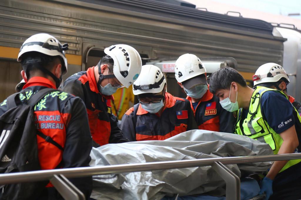 В Тайване произошла железнодорожная катастрофа: погибло полсотни человек (ФОТО)  - фото 5
