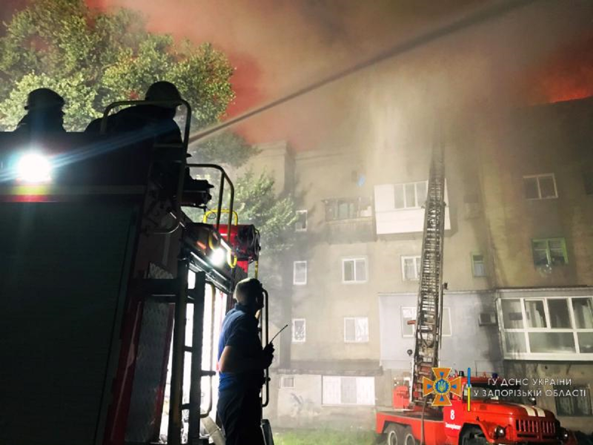 В Запорожье горела крыша многоэтажки: эвакуировали 100 человек - фото 4