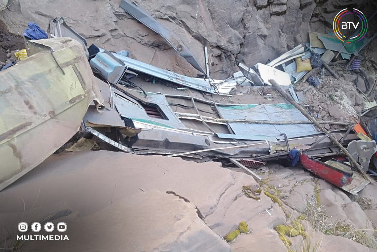 В Боливии пассажирский автобус упал с обрыва: десятки погибших (ФОТО) - фото 3