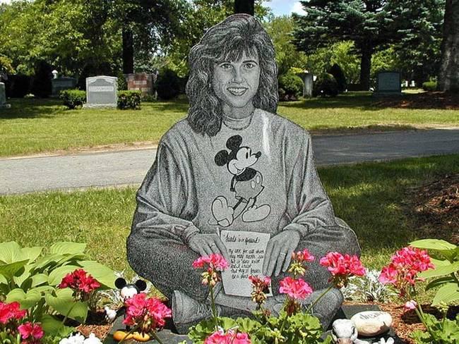 Странные, душераздирающие и забавные - 25 необычных надгробий со всего мира - фото 29
