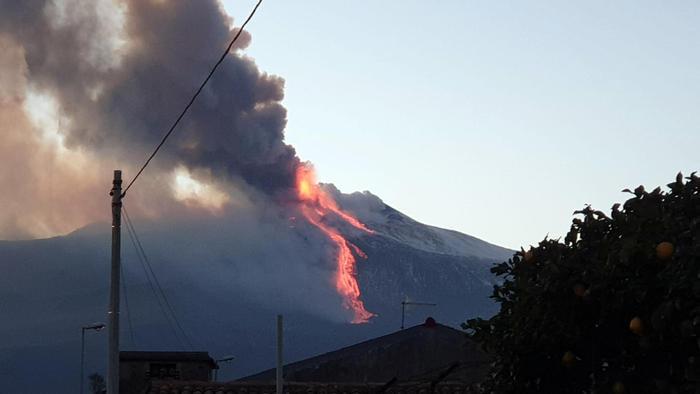 Вулкан Этна на Сицилии начал внезапное извержение в последних лучах солнца (видео) - фото 6