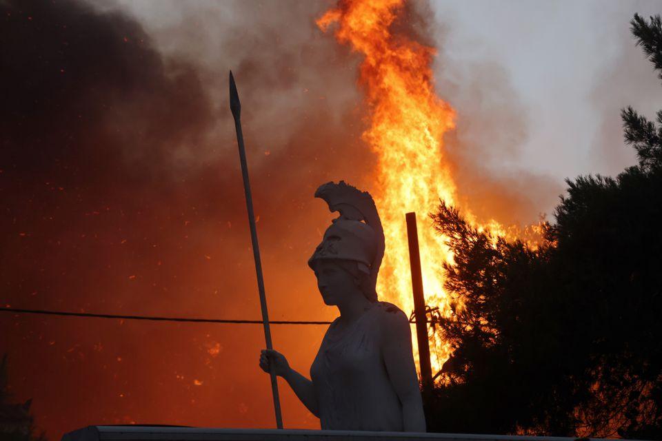 В Греции разгорелись сильные лесные пожары: огонь подбирается к столице (ФОТО) - фото 3