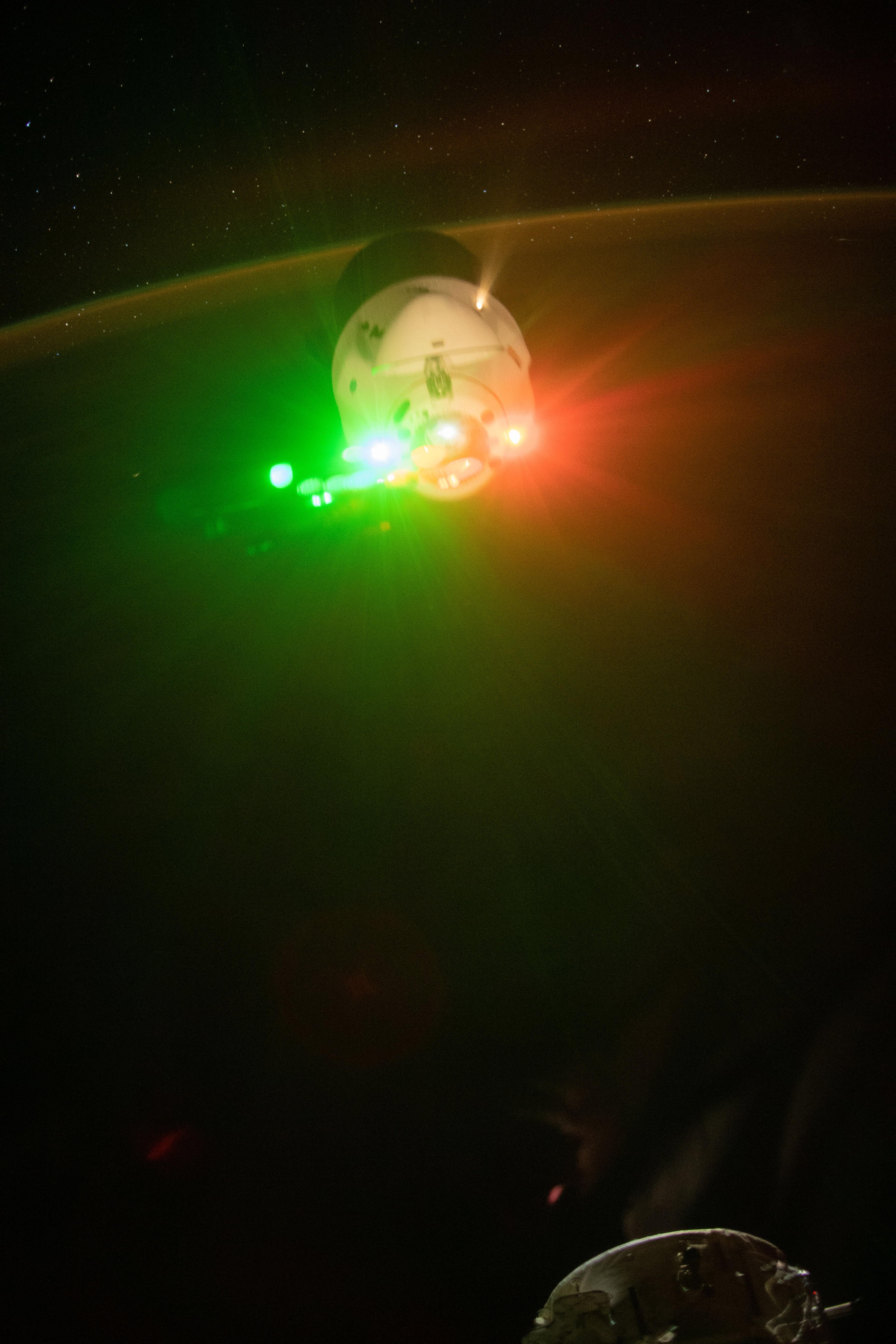 Космический корабль SpaceX создал красочное шоу на орбите Земли (ФОТО)  - фото 2