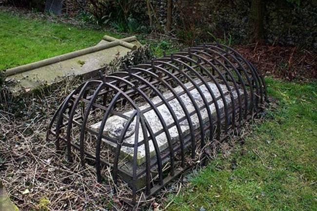 Странные, душераздирающие и забавные - 25 необычных надгробий со всего мира - фото 14