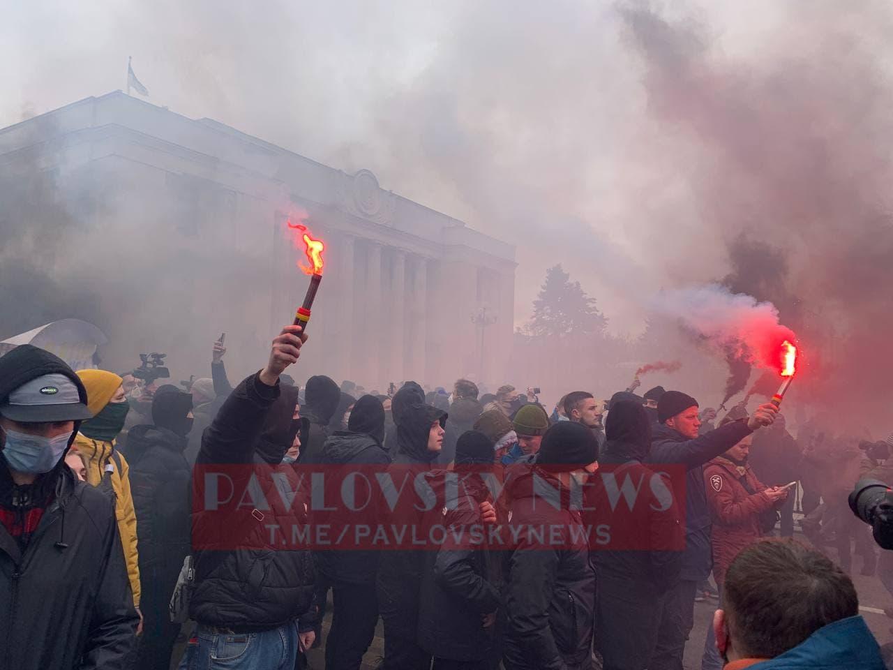 У Києві активісти на підтримку Стерненка крокують до Генпрокуратури: уся колона в диму (фото) - фото 9