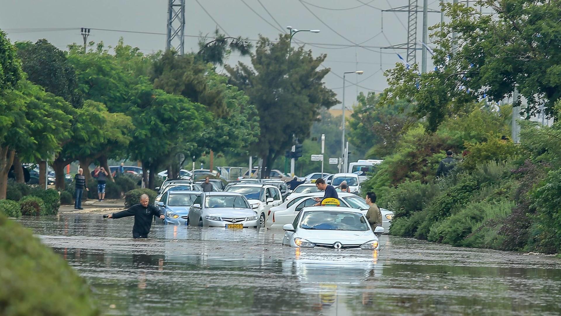Сильные наводнения обрушились на Израиль после одного из самых дождливых дней в истории страны  - фото 4