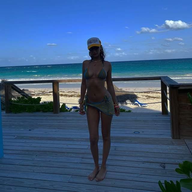 Самая красивая девушка мира взбудоражила архивными фото в бикини - фото 2