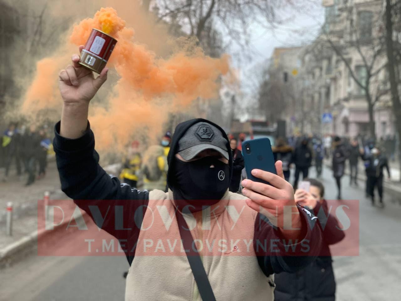 У Києві активісти на підтримку Стерненка крокують до Генпрокуратури: уся колона в диму (фото) - фото 12