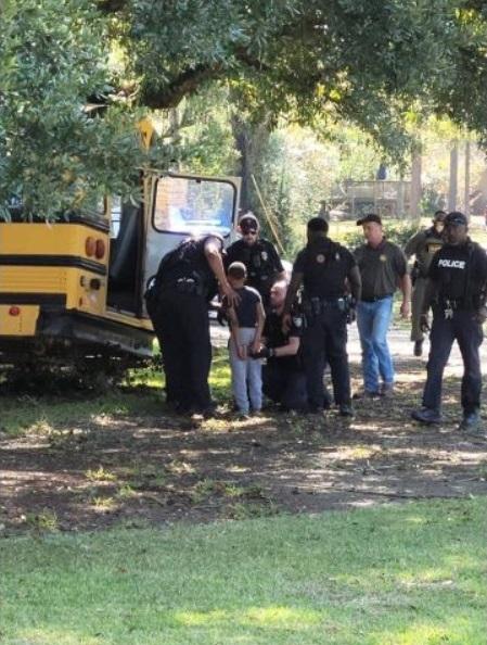 В США копы преследовали 11-летнего парня, который угнал школьный автобус - фото 4