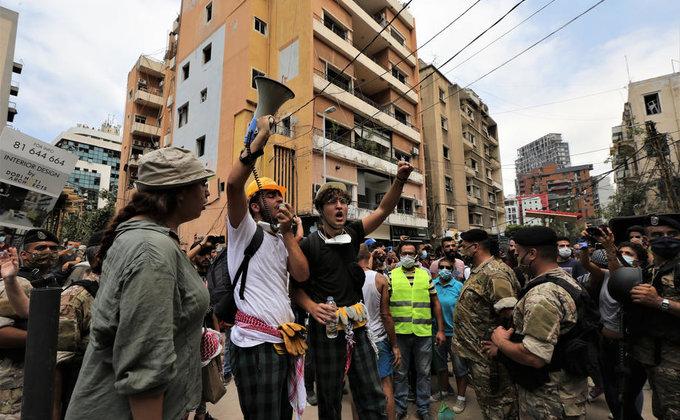 Уничтоженный Бейрут захлестнули драки и антиправительственные костры (фоторепортаж) - фото 3