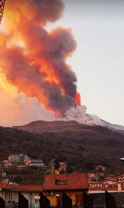 Вулкан Этна на Сицилии начал внезапное извержение в последних лучах солнца (видео) - фото 8