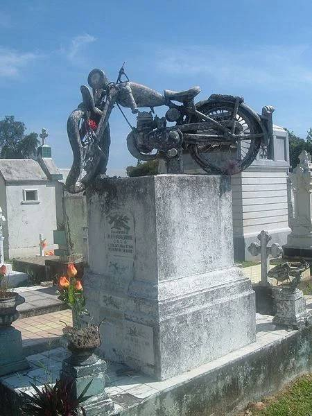 Странные, душераздирающие и забавные - 25 необычных надгробий со всего мира - фото 3