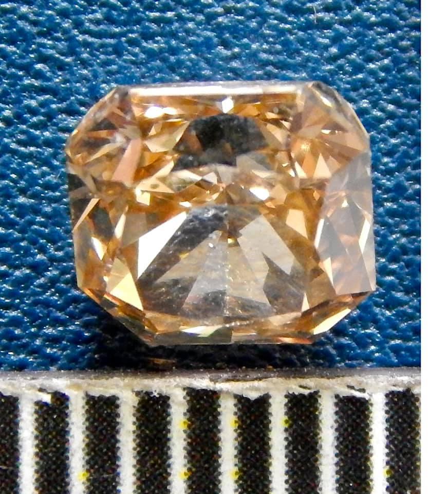На київській митниці перехопили посилку з контрабандними діамантами на 295 тисяч грн - фото 3