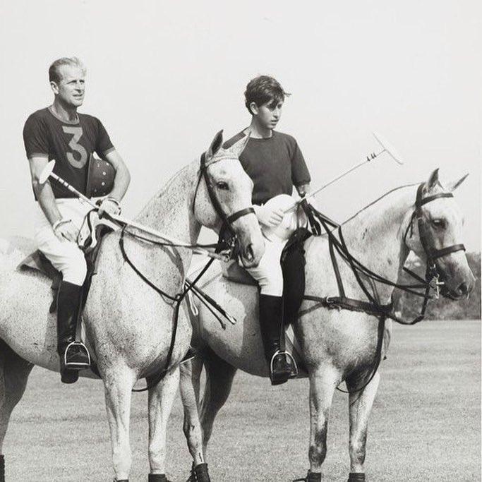 Букингемский дворец опубликовал редкие семейные фото с принцем Филиппом - фото 2