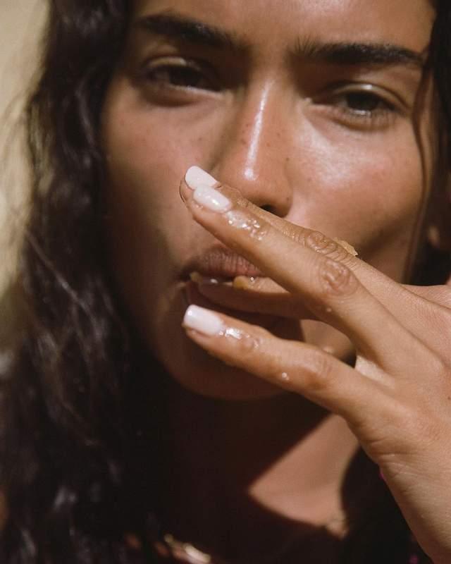 Модель Келли Гейл заинтриговала фото топлесс - фото 3