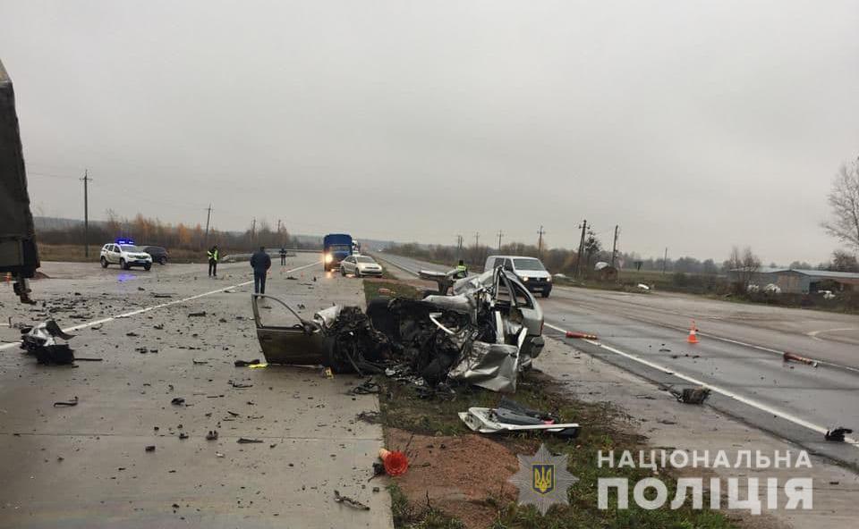 Skoda - вдребезги, грузовик - на боку: ужасная авария под Житомиром - фото 2