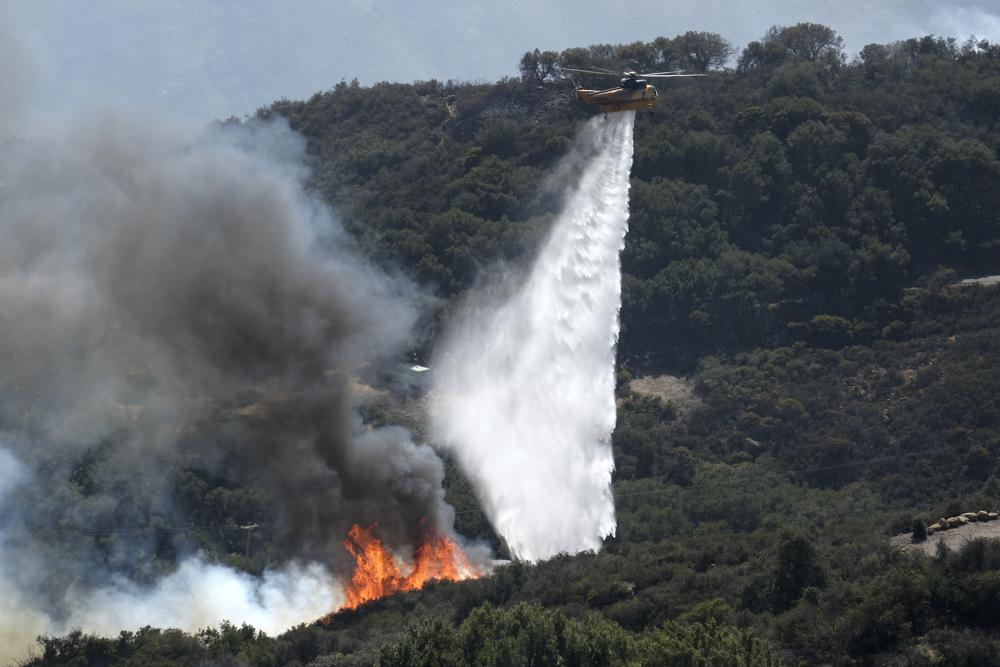 У США розгорілась нова потужна лісова пожежа: стихія загрожує ранчо колишнього президента (ФОТО) - фото 2