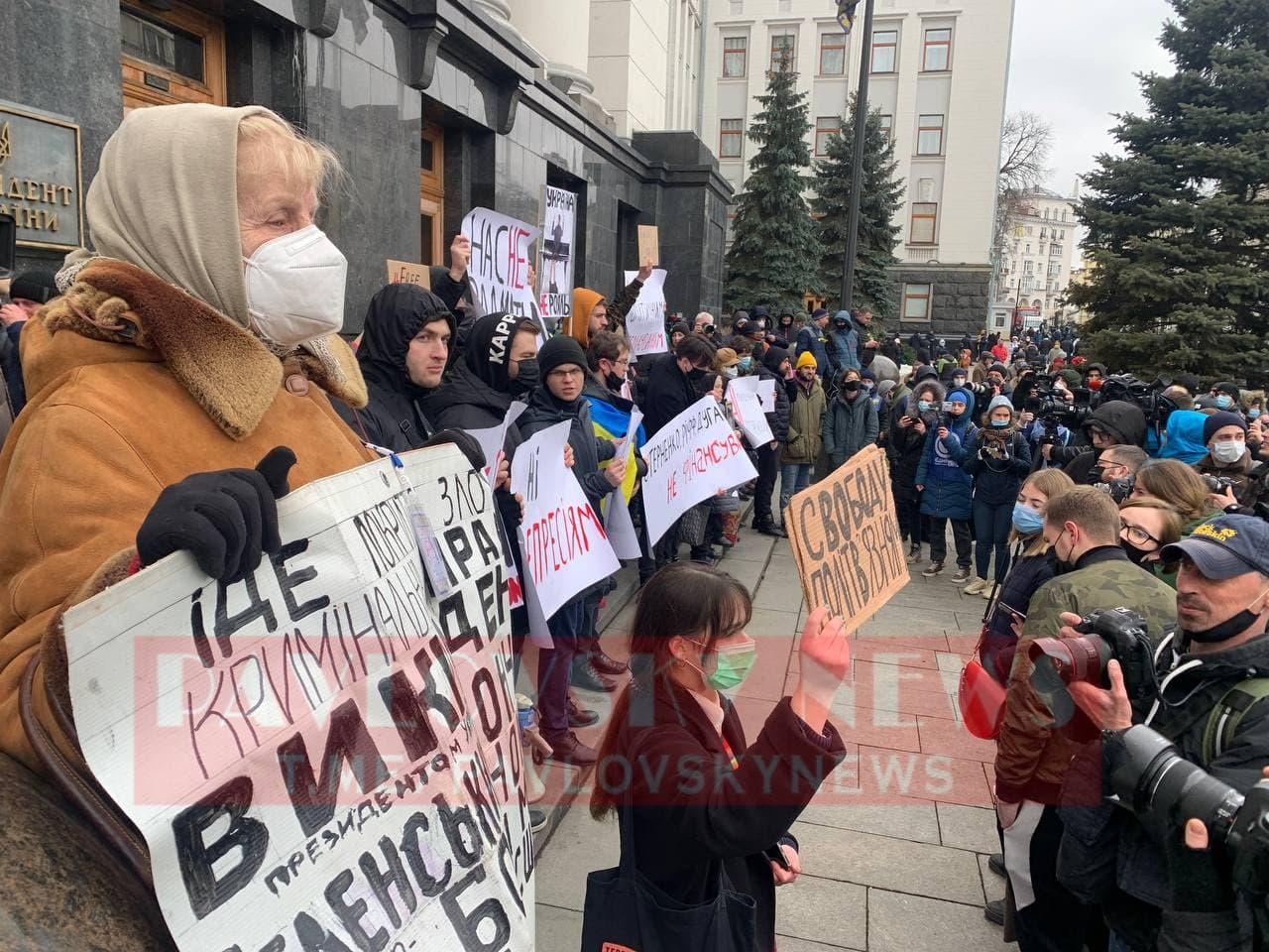 У Києві активісти на підтримку Стерненка крокують до Генпрокуратури: уся колона в диму (фото) - фото 5
