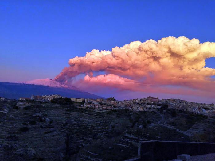 Вулкан Этна на Сицилии начал внезапное извержение в последних лучах солнца (видео) - фото 2