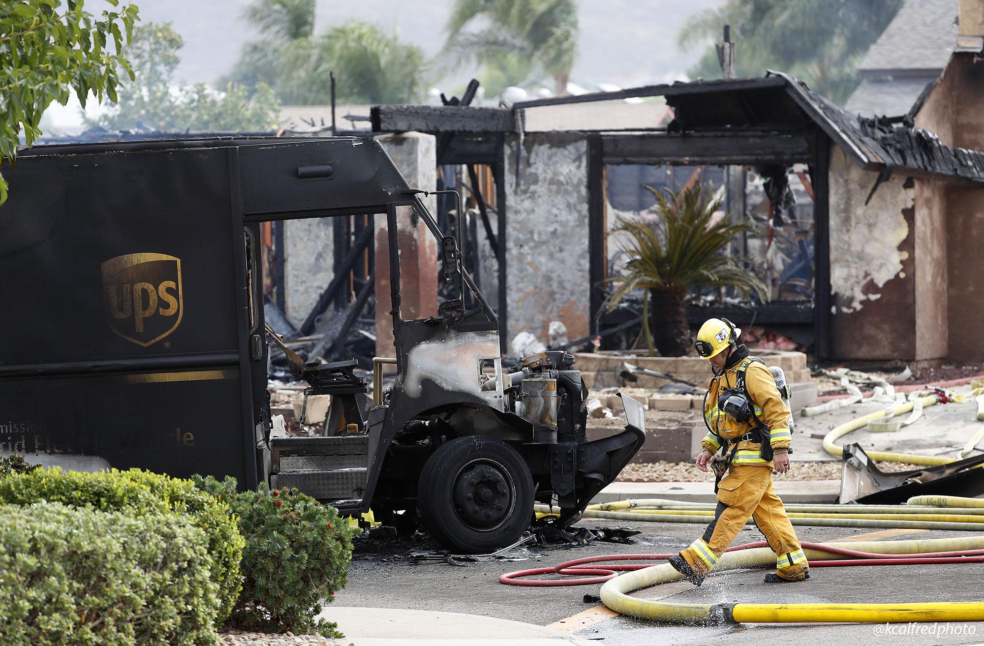 Погибшие люди и уничтоженные дома: что известно о крушении самолета в США - фото 2