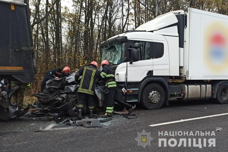 В Черкасской области страшное ДТП: Ланос зажало между двумя фурами, погибла женщина и ее 5-летний сын - фото 3