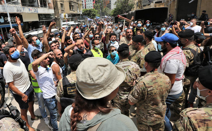 Уничтоженный Бейрут захлестнули драки и антиправительственные костры (фоторепортаж) - фото 5
