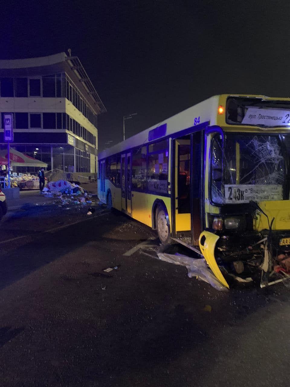 Смертельное ДТП в Киеве - автобус снес остановку, полную людей - фото 3