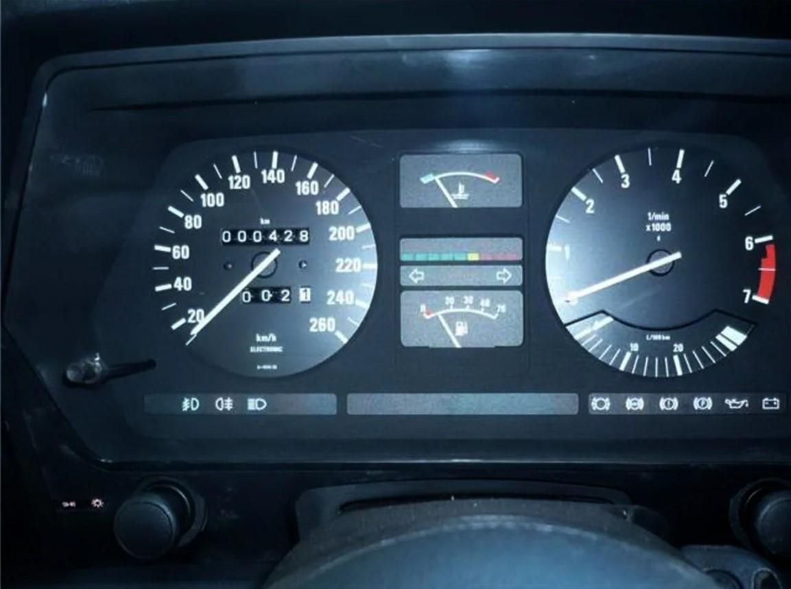 Удачная покупка: мужчина приобрел 35-летний BMW с пробегом 428 км - фото 3