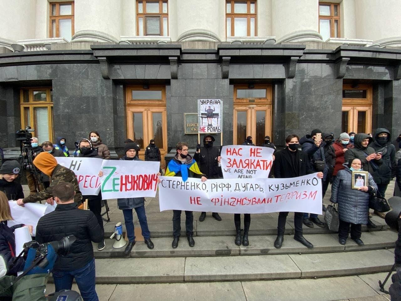 У Києві активісти на підтримку Стерненка крокують до Генпрокуратури: уся колона в диму (фото) - фото 7