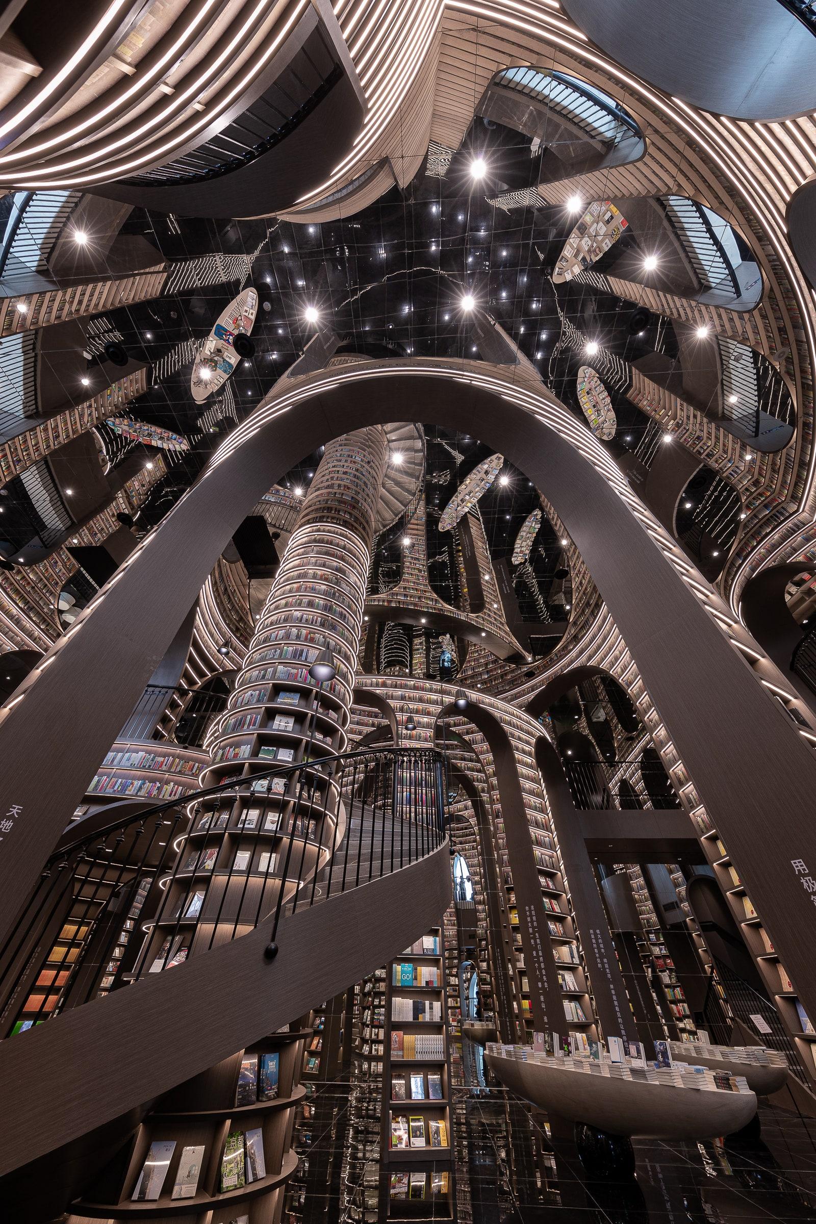Книги від підлоги до стелі: у Китаї відкрився книжковий магазин із неймовірним інтер'єром - фото 2