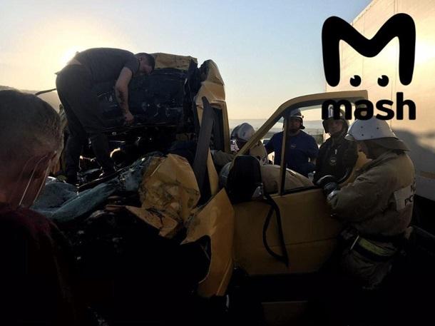 Кровавая авария в Крыму: микроавтобус с пассажирами протаранил грузовик - фото 2