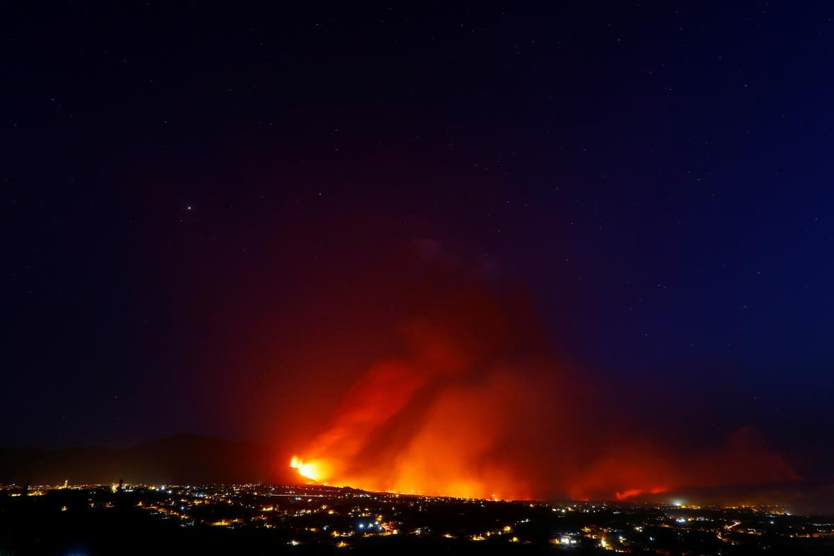 На Канарских островах извержение вулкана стало сильнее: раскалённая лава угрожает городам (ФОТО)  - фото 2
