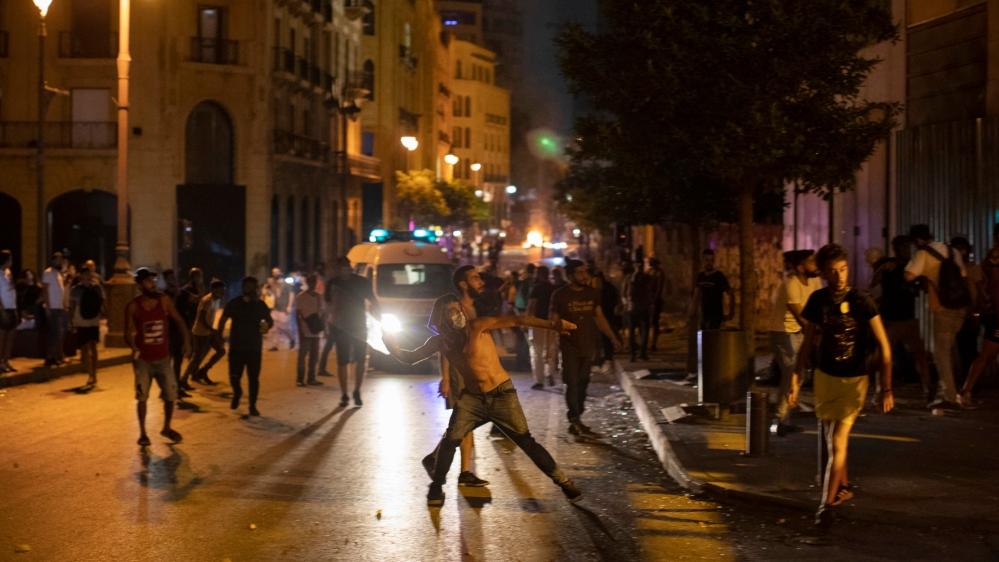 Уничтоженный Бейрут захлестнули драки и антиправительственные костры (фоторепортаж) - фото 7