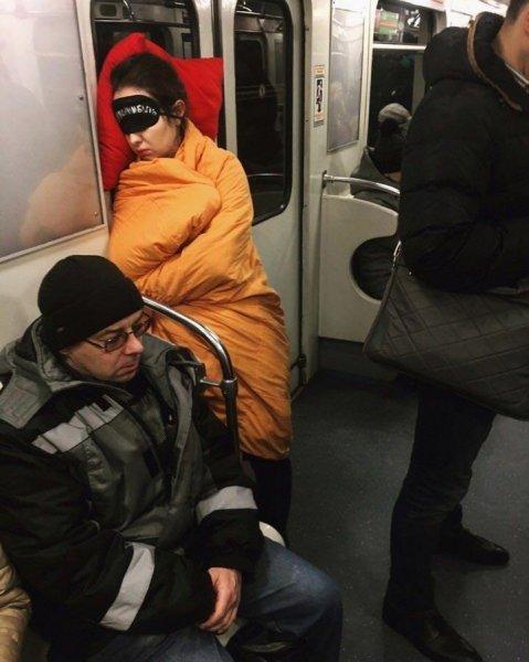 Добірка смішних та дуже дивних пасажирів в метро (Фото) - фото 6