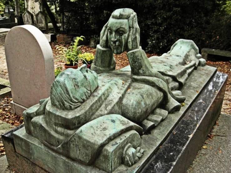 Странные, душераздирающие и забавные - 25 необычных надгробий со всего мира - фото 9