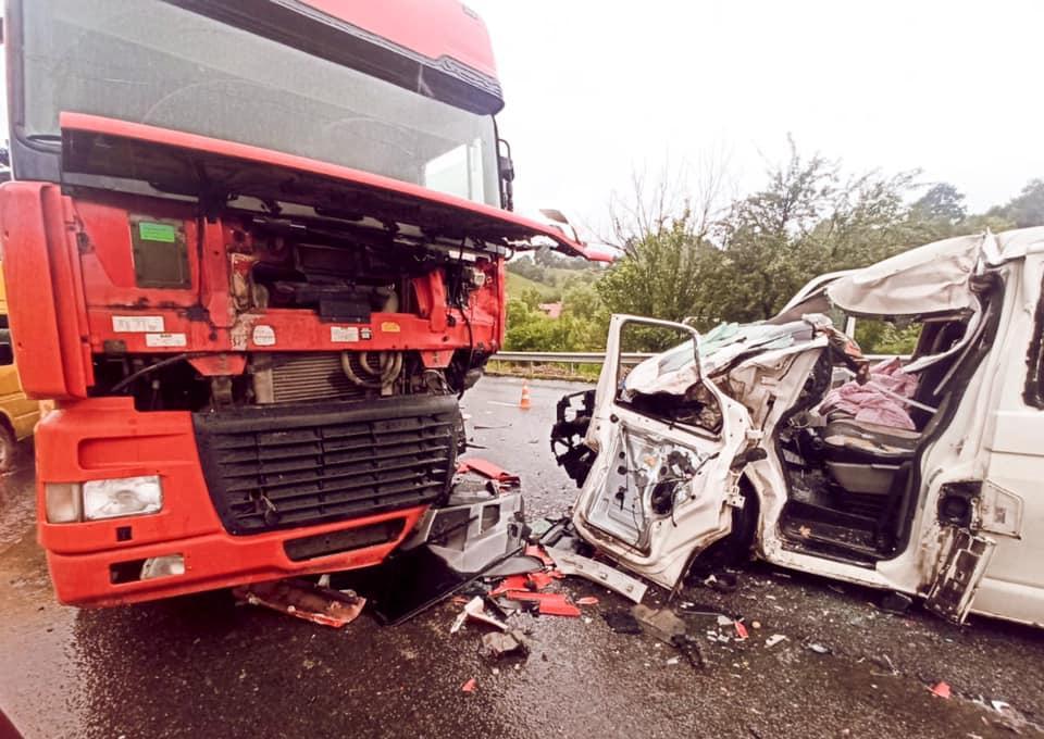 В Івано-Франківській області автобус з дітьми врізався у вантажівку (ФОТО) - фото 2