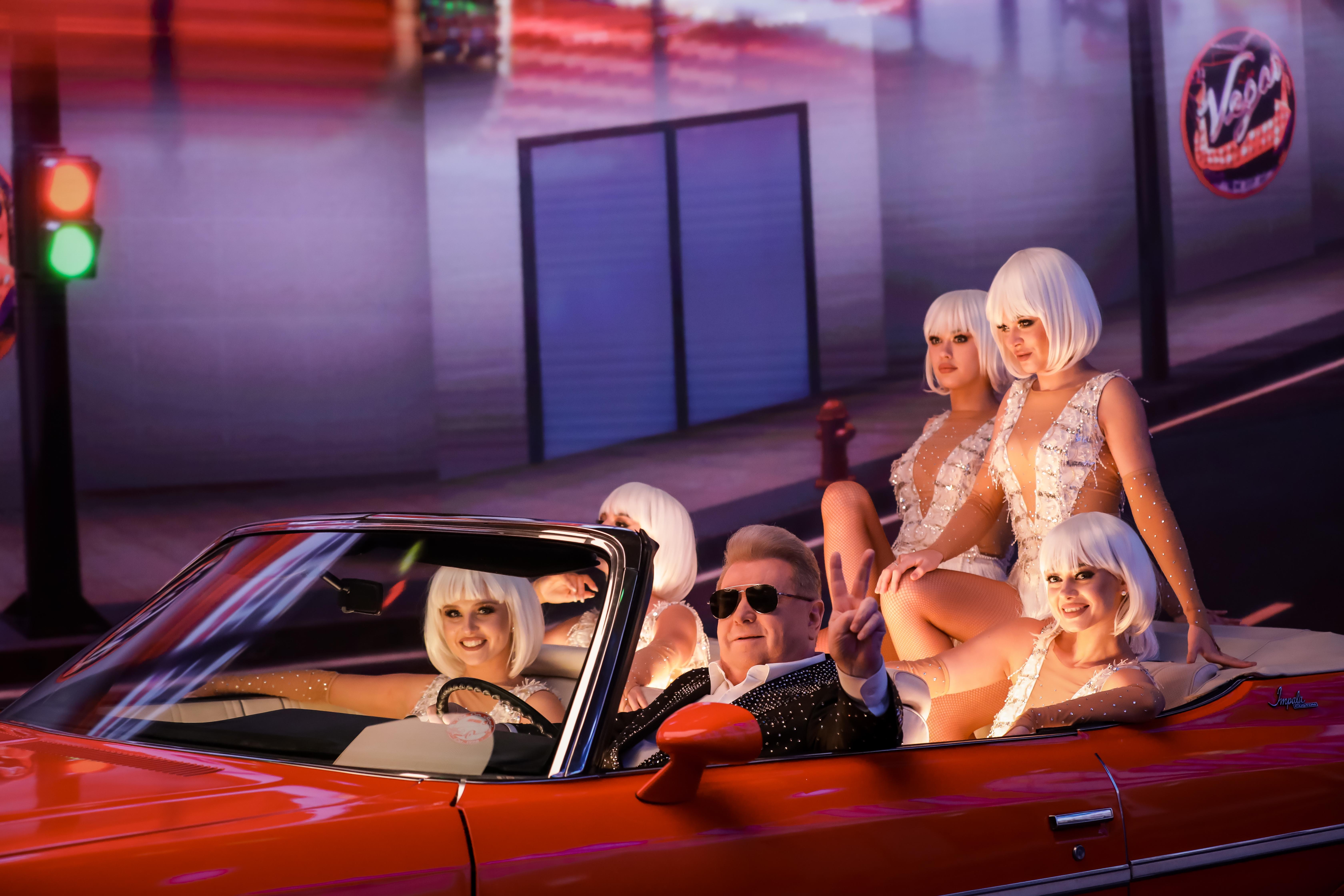 Раритетный кабриолет, танцы полуобнаженной красотки в бокале и блеск Голливуда: Михаил Поплавский выпустил новый яркий клип  - фото 2