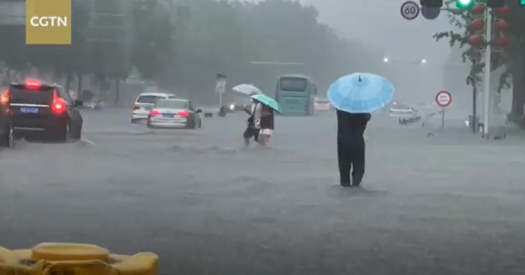 В Китае произошло крупнейшее наводнение: число жертв увеличилось (ФОТО)  - фото 3
